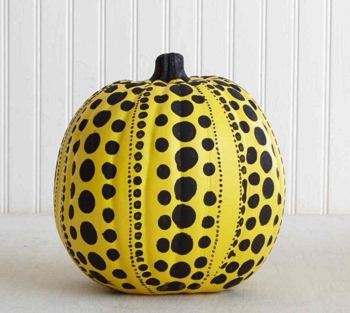 exemple comment décorer joliment une citrouille avec peinture jaune et déco aux motifs géométriques en noir