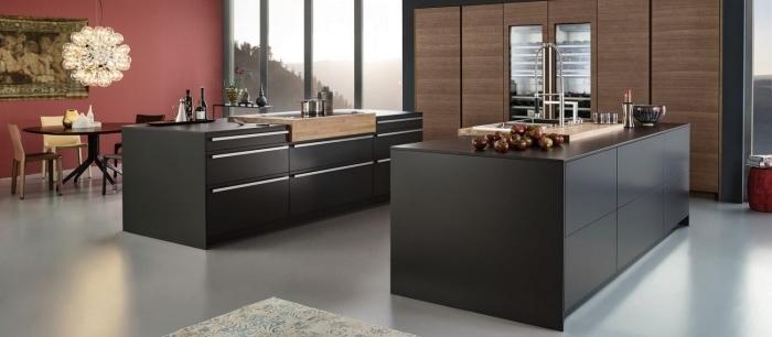 déco tendance de cuisine moderne et grande au plancher gris laqué avec meubles en noir à poignées inox et finition bois
