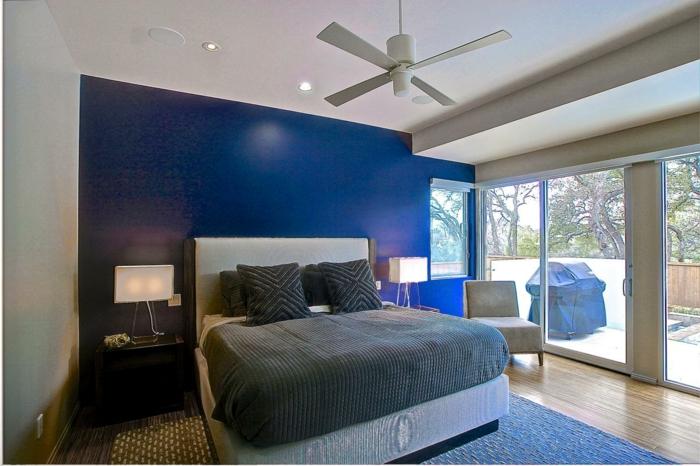chambre bleue et blanche, lit gris et blanc, tapis bleu, grande baie vitrée, peindre une chambre en deux couleurs