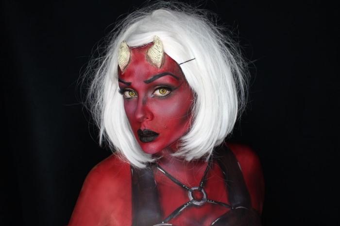 fard à l'eau rouge avec des yeux et des sourcils bien définis pour un maquillage demon sorti d'une bande dessinée