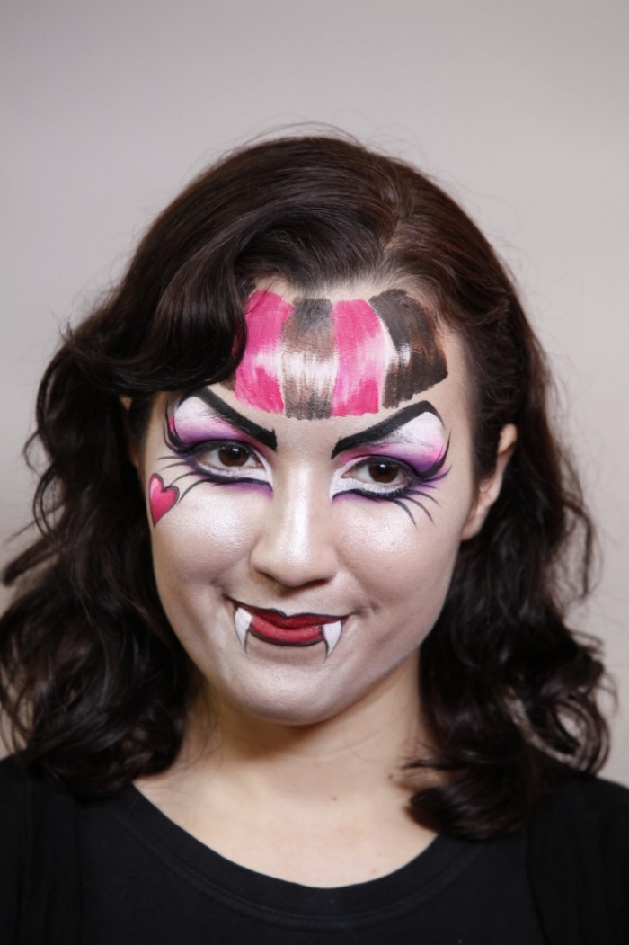 idée de maquillage d'halloween facile inspiré du personnage de monster high draculaura avec des yeux à grands cils ombrés d'un fard rose et blanc