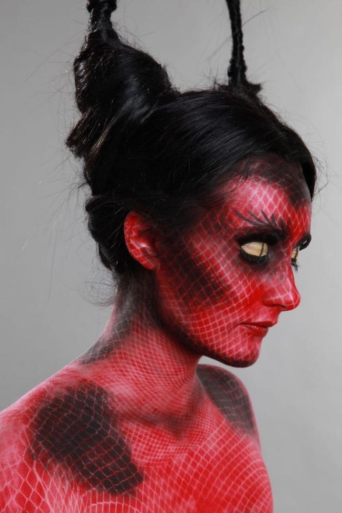 maquillage de diablesse sirène original réalisé à l'aide du fard rouge et d'un collant résille, coiffure d'halloween effet cornes de diable