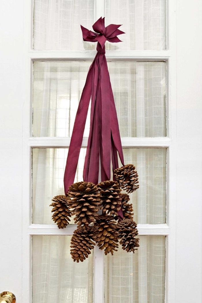 activité manuelle automne avec matériaux naturels, fabriquer une suspension diy avec rubans et pommes de pin