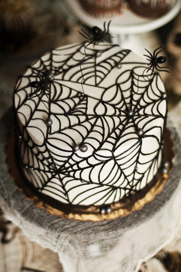 gateau araignée sur étages avec ganache chocolat et glaçage blanc, idée comment décorer un gâteau effrayant avec chocolat et perles en forme toiles d'araignées
