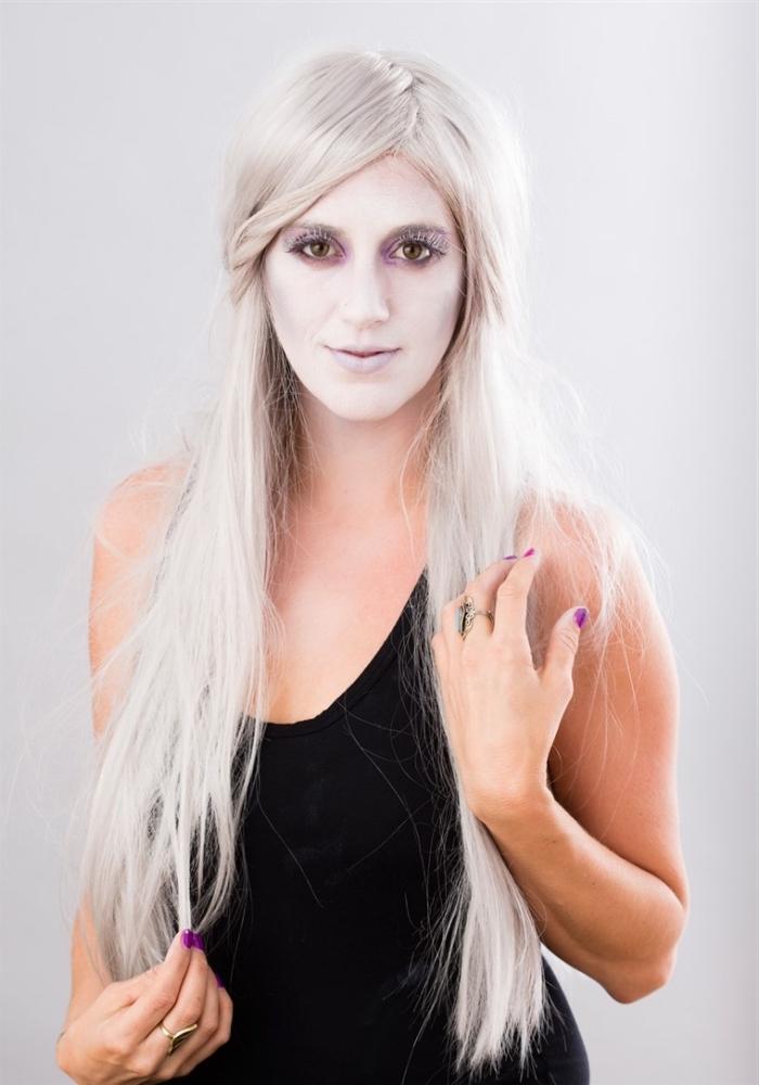 idée de maquillage d'halloween de dernière minute, femme fantôme au visage blafard portant une perruque de cheveux longs blancs