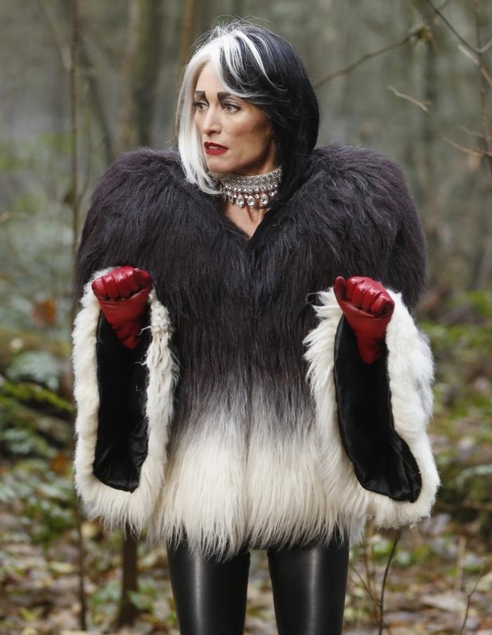 idée de deguisement halloween adulte facile, maquillage et déguisement cruelle d'enfer avec un costume de pantalon slim en cuir et un manteau fourrure noir et blanc