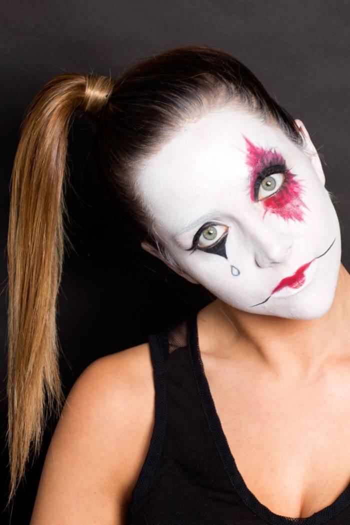 un simple maquillage d'arlequin réalisé avec du fard noir, blanc et rouge, maquillage d'halloween