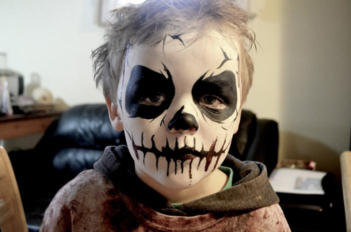 maquillage halloween garcon, lèvres noirs avec dents dessinés, cercles autour des yeux