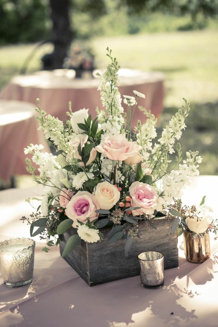 centre de table pour mariage rustique, boîte en bois avec des roses et brins de fleurs blanches
