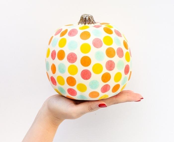 citrouille halloween décoration à design amusant, modèle potiron blanc à déco cercles colorés, diy facile pour grands et petits
