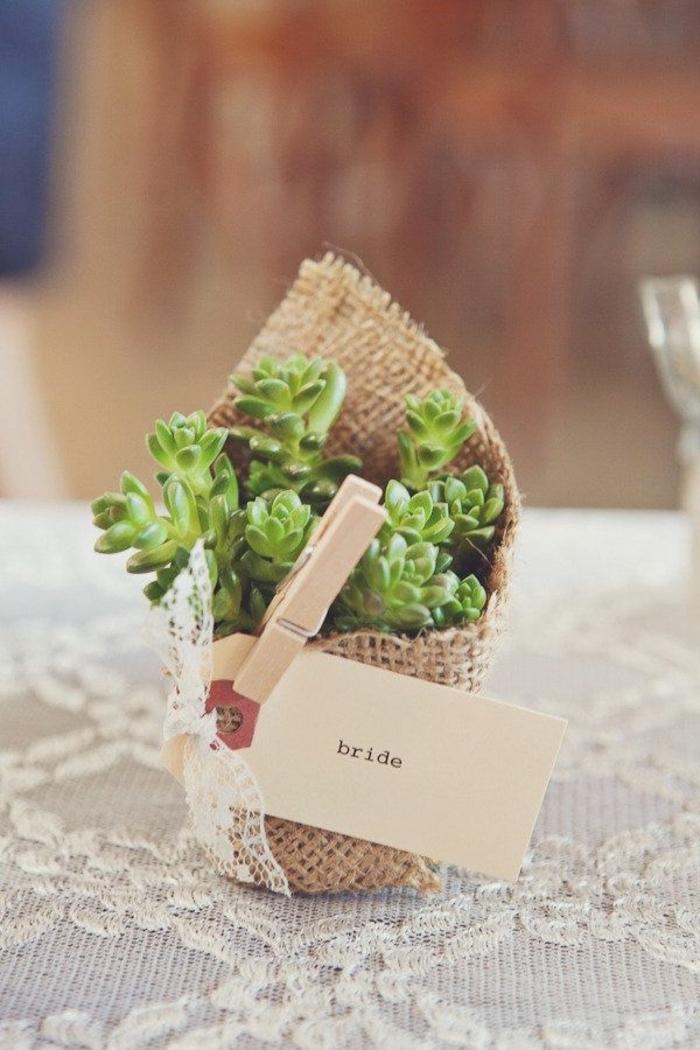 nappe dentelle blanche, petite décoration en jute, marque place pour mariage theme champetre