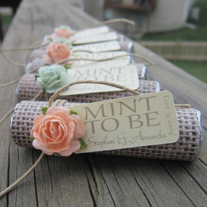 jolie décoration mariage champêtre chic, toile de jute avec enseigne et rose en papier