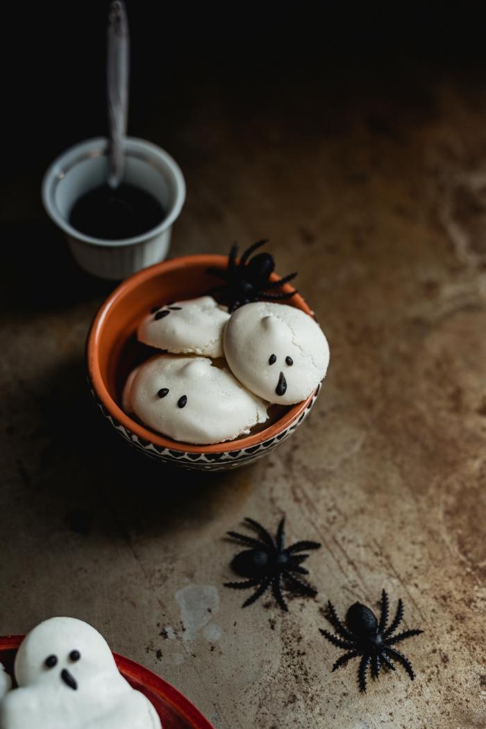 des mini-fantômes meringues faites-maison décorées avec du chocolat fondu pour un apero halloween rigolo et délicieux