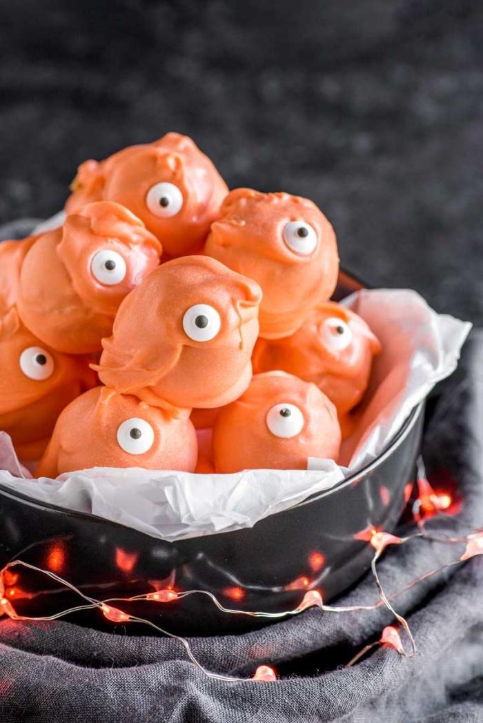 des truffes cheesecake à la citrouille au glaçage de candy melt orange façon petits monstres d'halloween