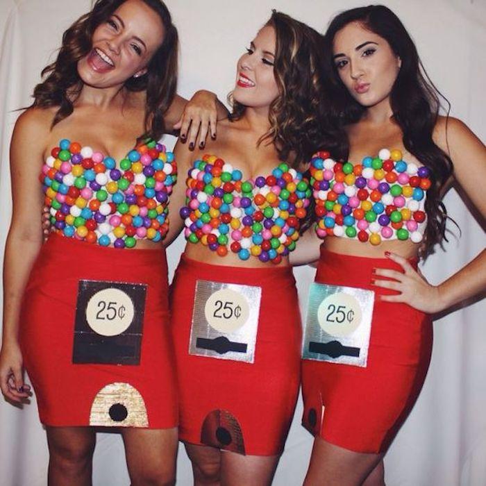 Faire son deguisement groupe idée, déguisement original pour cosplay femme et homme amis, jupe rouge et top de pompons colorés