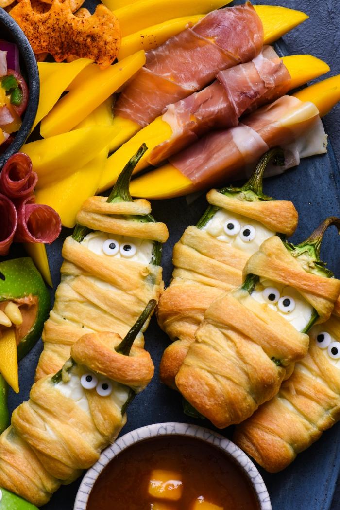 des piments verts enrobés de pâte feuilletée en amuse bouche halloween original et rigolo