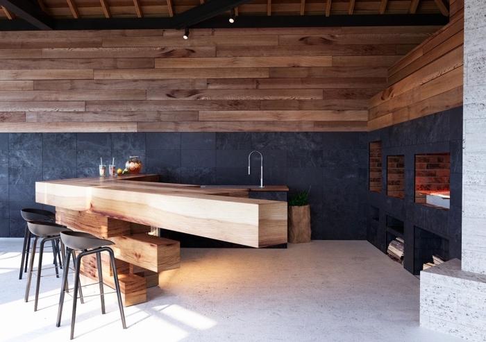 modèle d'îlot central en bois et design ultra original dans une cuisine moderne extérieure avec plafond à poutres apparentes