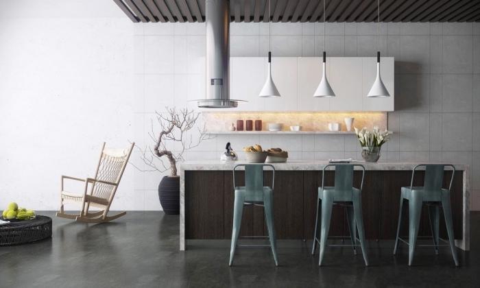 exemple de cuisine ouverte avec ilot au plafond suspendu en poutres bois foncé et lampes suspendues en blanc mate