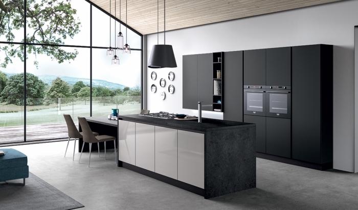 déco moderne dans une cuisine à grandes fenêtres avec plafond de bois et plancher en béton équipée avec meubles foncés