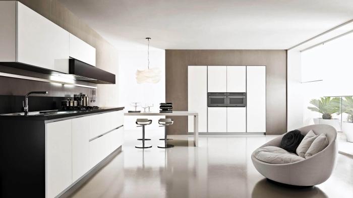 design en couleurs neutres dans une cuisine moderne, exemple de déco stylée en blanc et noir avec accents en gris et beige