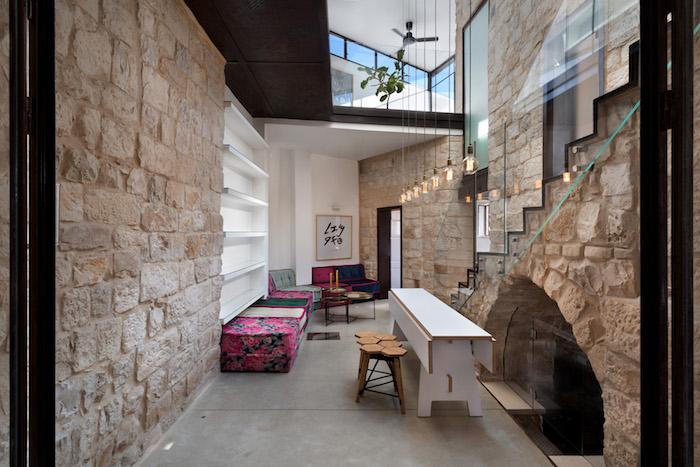 rez de chaussée intérieur rénové design avec murs en pierres d'origine beiges