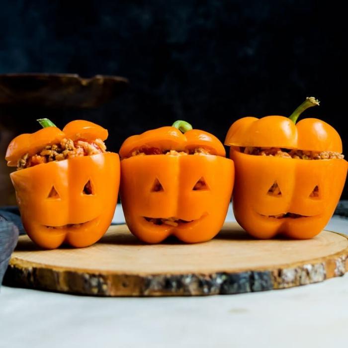 recette d'halloween effrayante et mignonne, des poivrons farcis spécial halloween imitant les citrouilles d'halloween