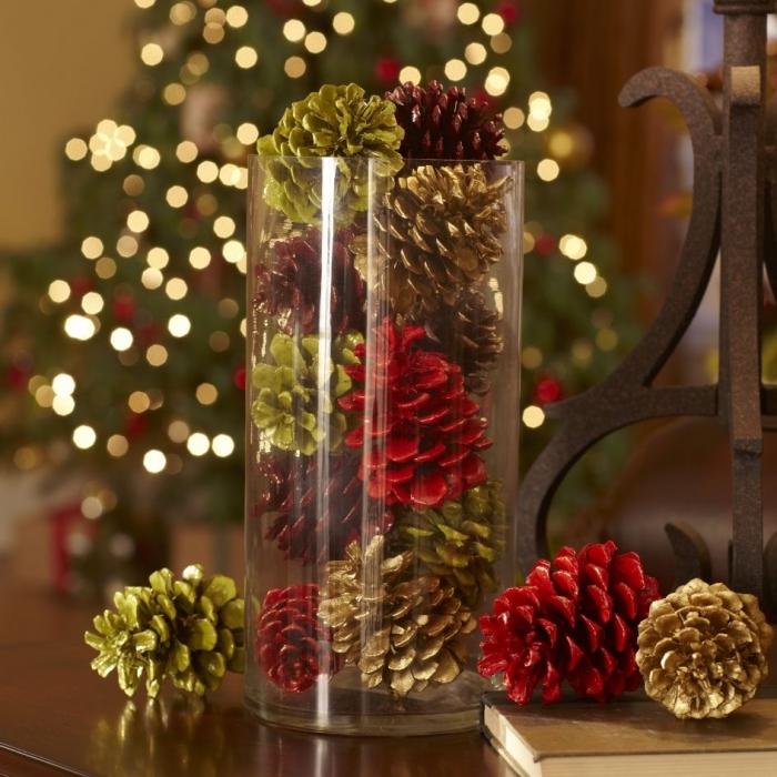 quelle déco de noel à faire soi-même avec matériaux recyclés, idée décor festif avec récipient en verre rempli de pommes de pin colorées