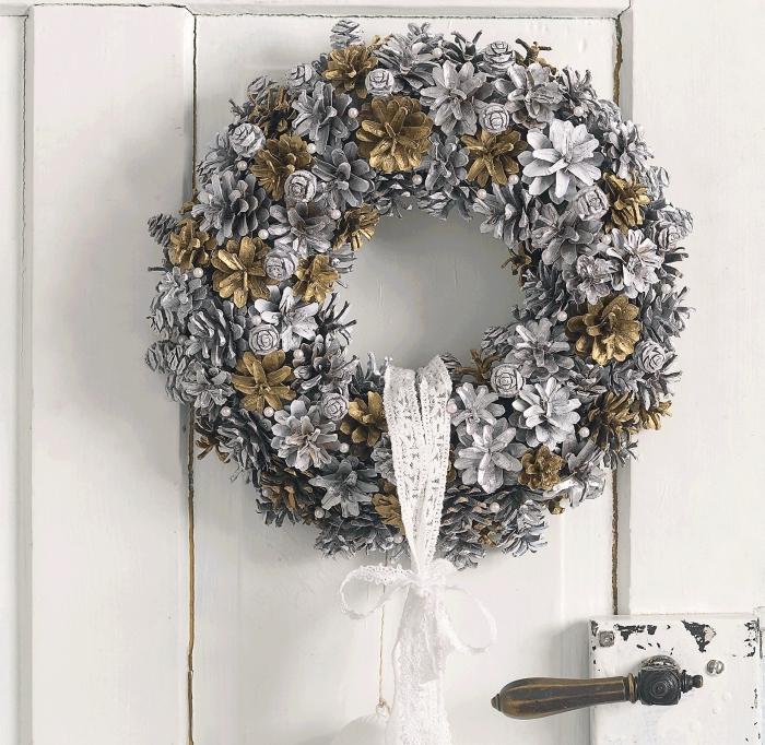 apprendre à fabriquer une couronne ou guirlande pomme de pin facile, comment décorer une porte de noel avec pommes de pin
