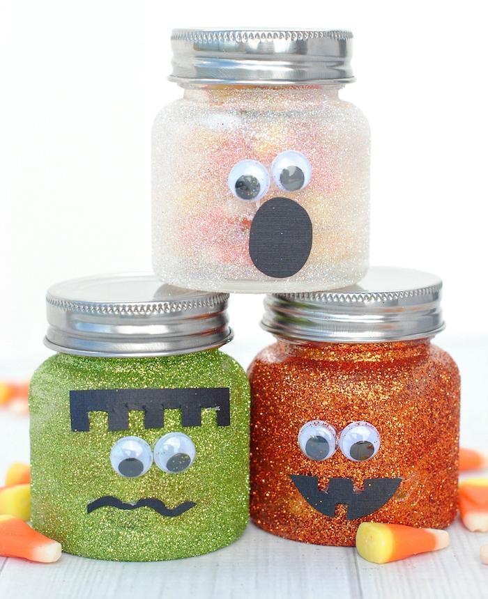 pots en verre décorés de paillettes, traits de visage, motig monstre en papier et des yeux mobiles, idee deco halloween pots à bonbons