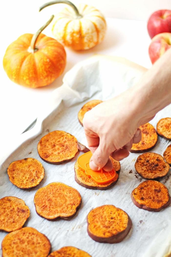 recette facile d'amuse bouche halloween à base de patate douce, des bouchées de patate douce rôtie au four sur le thème d'halloween réalisées avec des emporte-pièces à relief tête de mort