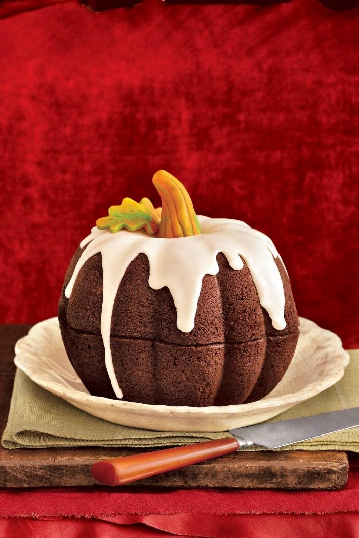 faire un gâteau en forme de citrouille pour la fête d'Halloween, gateau facile a faire au chocolat avec glaçage blanc