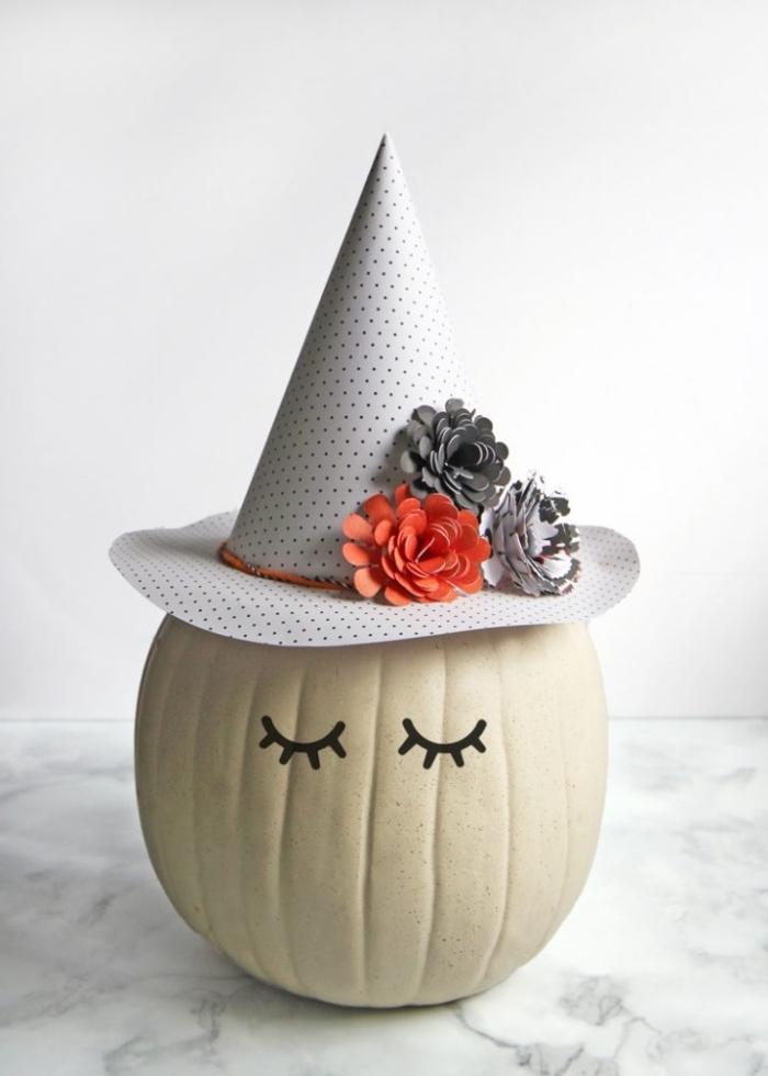 décoration citrouille facile avec un chapeau sorcière en papier, activité manuelle maternelle pour la fête d'Halloween