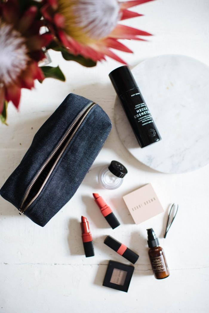 comment réaliser une trousse a maquillage zippée, tuto de couture pas à pas pour coudre une trousse à maquille en deux tissus différents