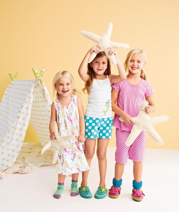 idée d anniversaire fête aux pyjamas, petites filles vêtues en pyjamas, tipi enfant et des coussins en forme d étoiles