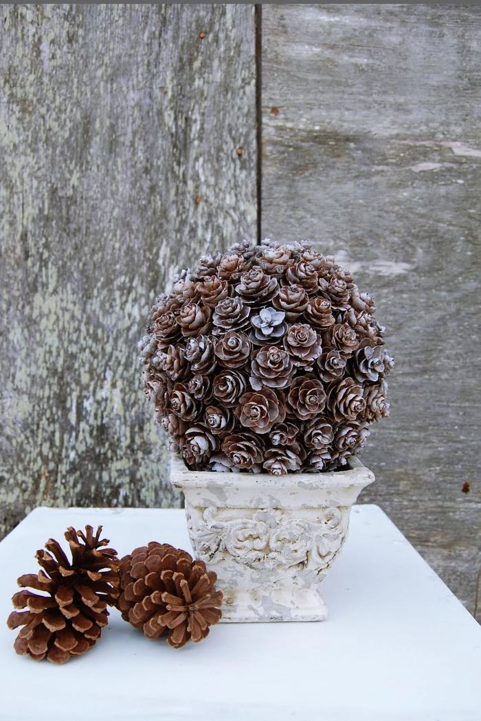 idée deco avec pomme de pin, fabriquer un bouquet de pommes de pin, modèle de déco original avec pomme de pin