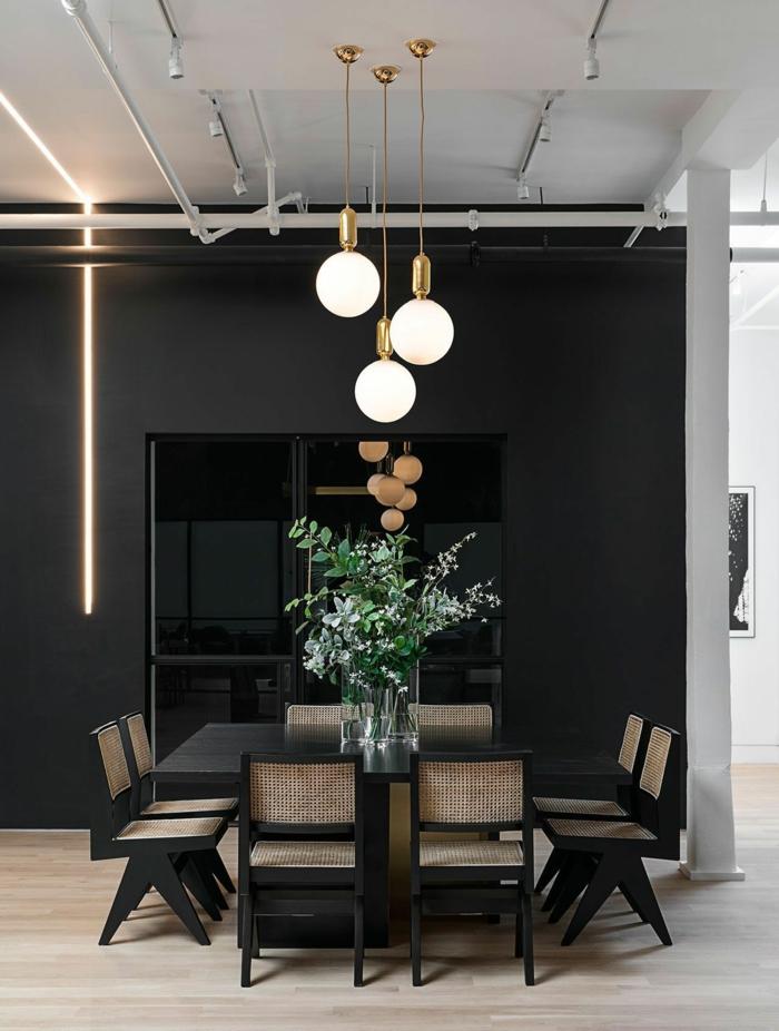 salle à manger, lampes pendantes, tuauterie industrielle, mur noir, plafond industriel, table et chaises élégants