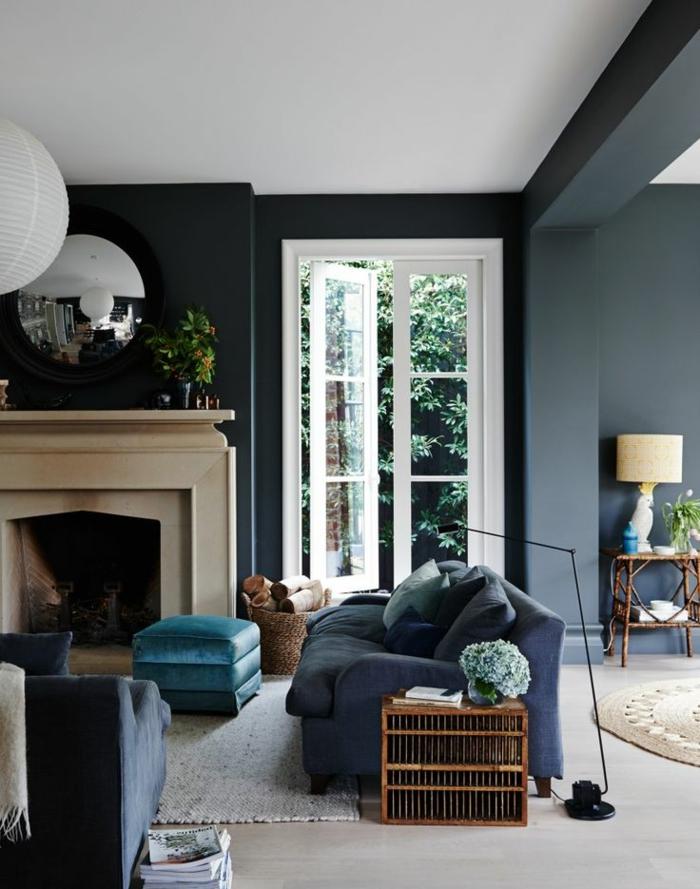 manteau de cheminée blanc, tabouret bleu, fenêtre du sol au plafond, decoration salon peinture