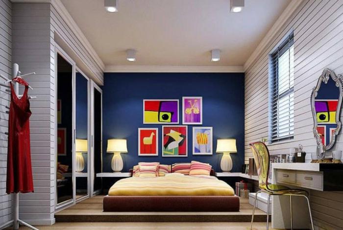 couleur peinture chambre, peinture mur bleu, lit plateforme, peintures couleurs vives, miroir baroque
