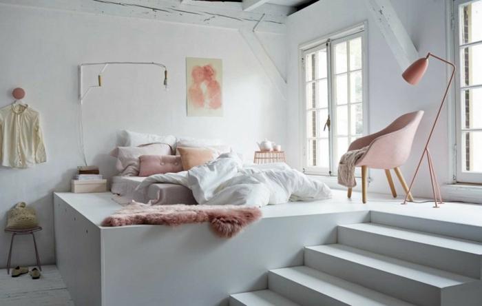 chambre blanche cosy, chaise rose, lampe de sol rose, peinture accrochée au mur, deux fenêtres