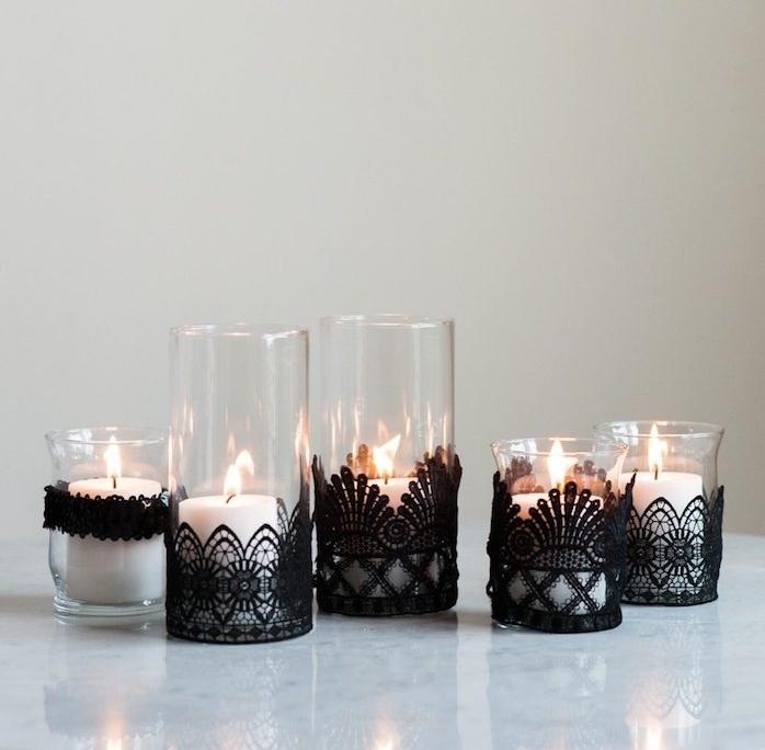 bougeoirs en verre décorés de dentelle noire avec une bougie à l intérieur, decoration halloween a fabriquer de ses propres mains