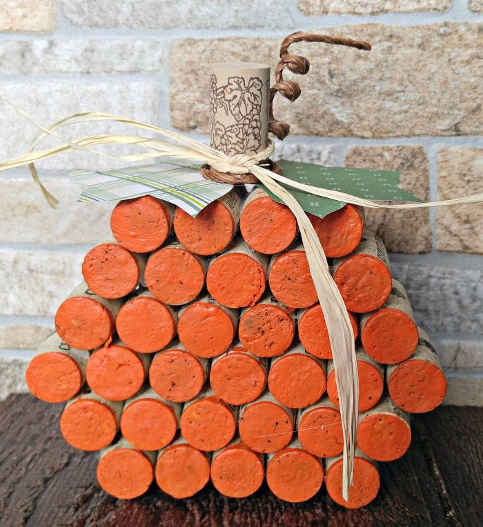 citrouille en bouchons de liège repeints d orange avec des feuilles en papier vert en un tige en bouchon, idee decoration d halloween originale
