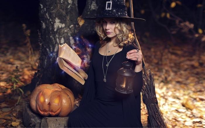 deguisement sorciere chapeau noir, robe et gilet noir, accessoires de sorcière, livre magique grimoire, lanterne noire, citrouille creusée jack o lantern