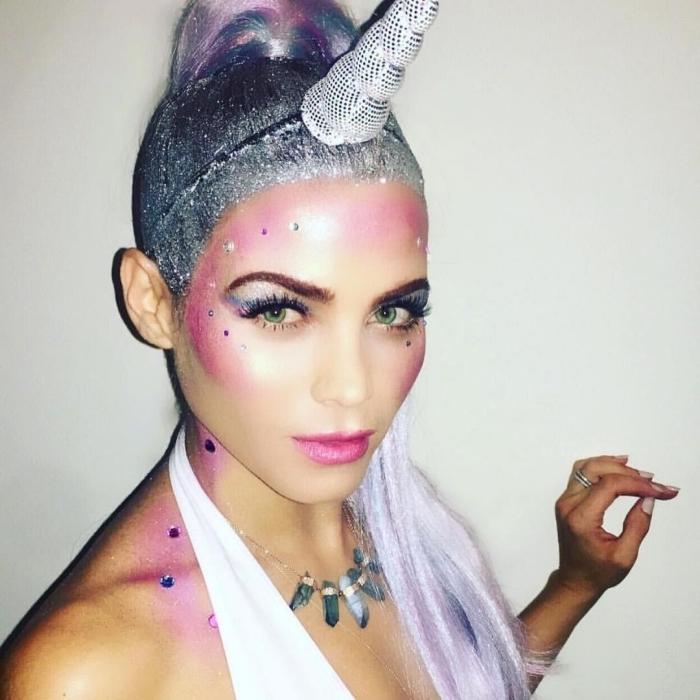 déguisement d'halloween de dernière minute, maquillage glamour et lumineux de licorne en tons de rose et de violet