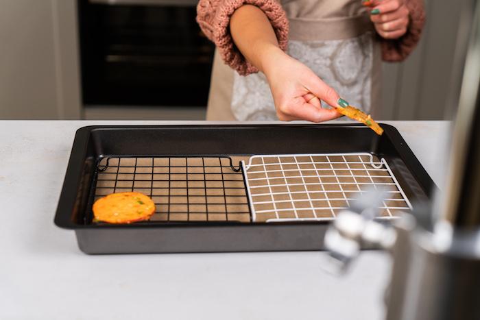 ranger les pommes de terre et les patates douces sur une grille dans une plaque de four recouverte de papier cuisson pour faire amuse bouche apéritif facile
