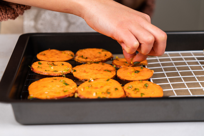 ranger les lamelles de pommes de terre et patate douce sur une grille metallique de four pour faire du chips maison