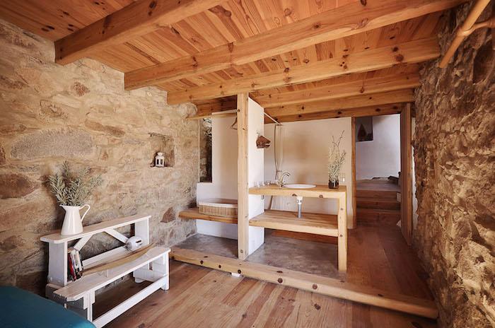 photo extension de maison avec structure en bois avec murs en pierres apparentes d'origine