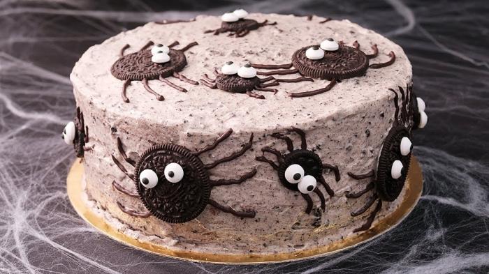 décoration facile à réaliser avec ganache au chocolat et biscuits oréo à design araignées effrayantes, modèle de gateau halloween facile