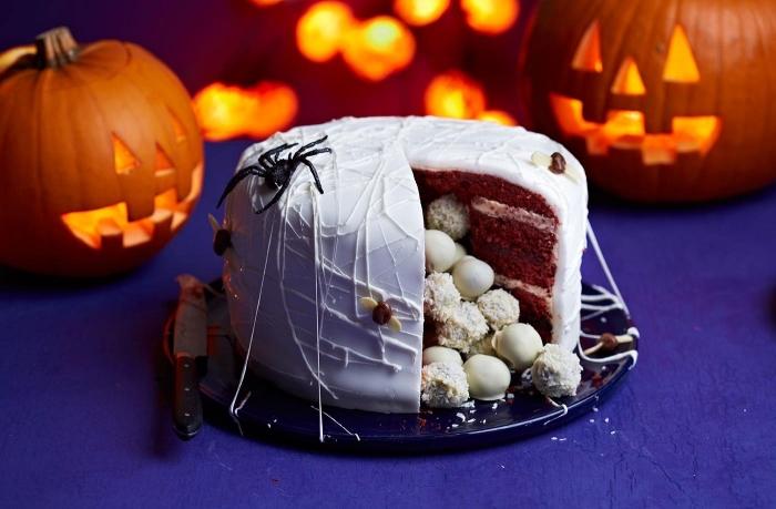 gateau halloween facile rempli de bonbons, idée gâteau au chocolat avec glaçage blanc et déco figurines d'araignées
