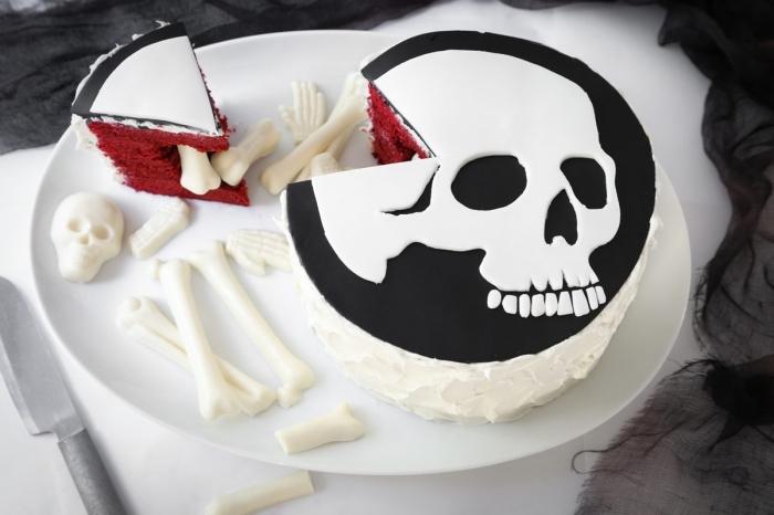 préparer un gâteau facile aux génoises arôme framboise avec décoration en fondant blanc et noir design crâne Halloween