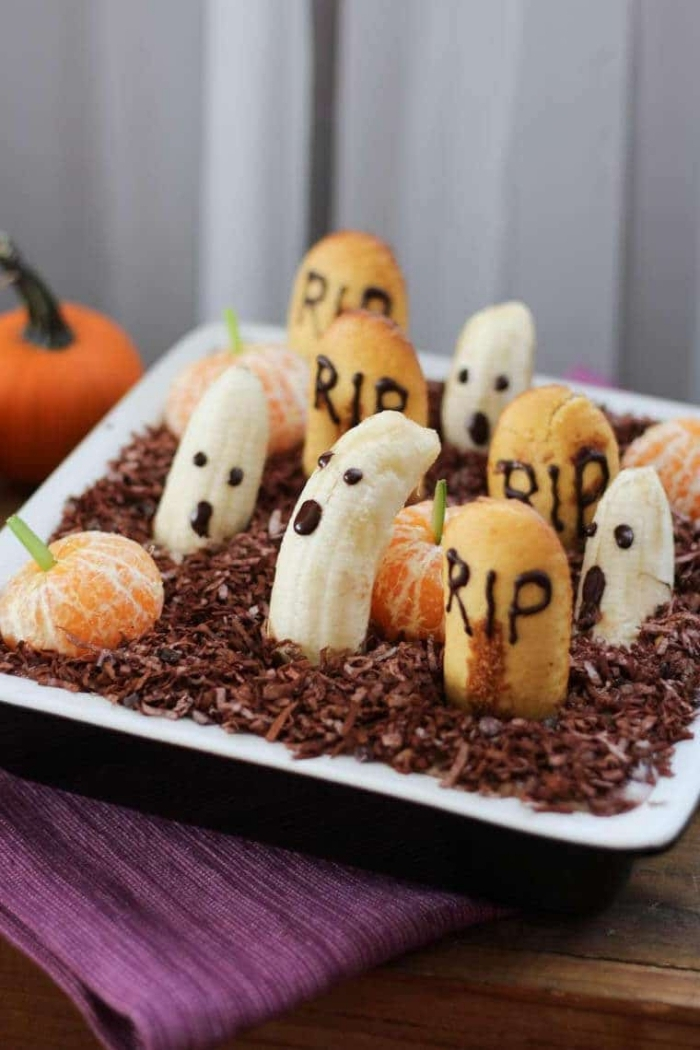 dip cimetière hanté avec des fruits et des sablés comme pierres tombales, recette originale pour un dessert d'halloween facile